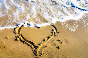 sand heart at the beach, Nikon D5100 miniperium